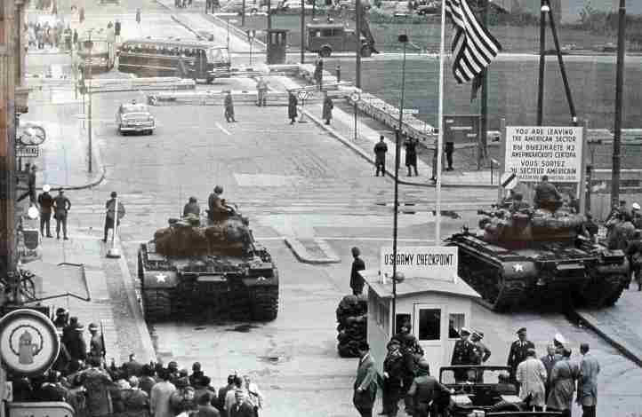 US- Panzer am Checkpoint Charlie.